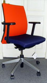 Neuer Bürostuhl (blaue Sitzfläche und orange Lehne)